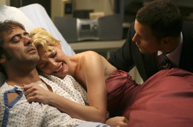 Izzie abbraccia il fidanzato Denny Duquette