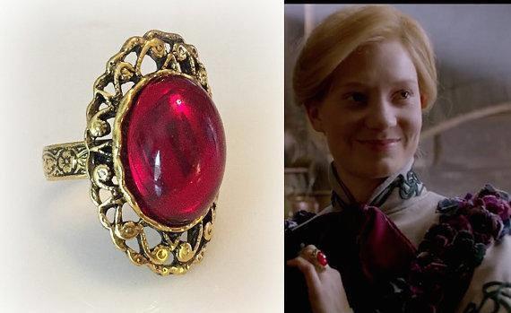 Replica dell'anello di Mia Wasikowska in Crimson Peak e un fotogramma dell'attrice che lo indossa