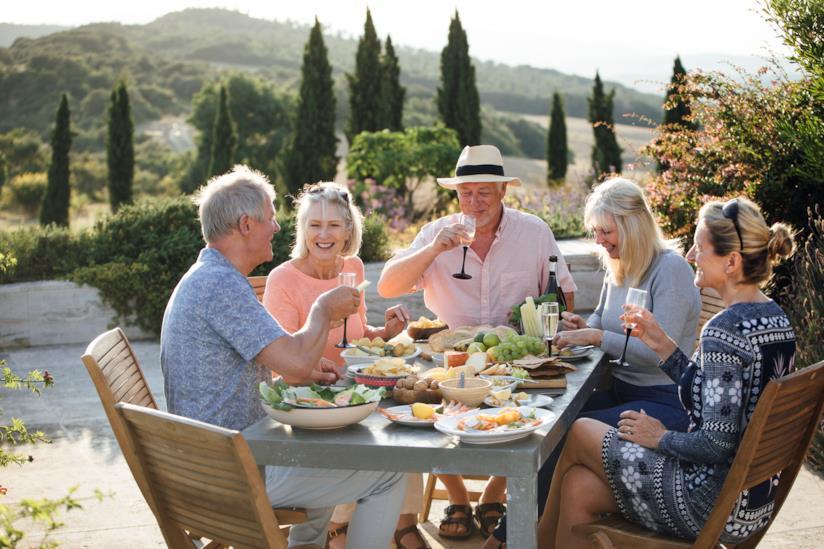 Una famiglia è riunita insieme per il pranzo