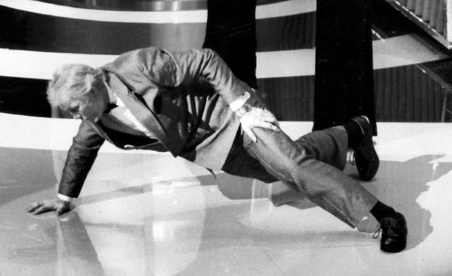 Jack Palance fa le flessioni con una mano sola dopo aver vinto l'Oscar