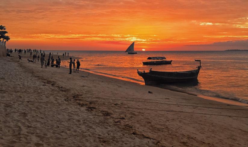 Un tramonto rosso fuoco sulla spiaggia a Zanzibar