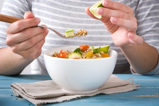 La quinoa è un alimento senza glutine amato e usato anche per insalate