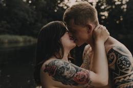 Le foto tra baci e abbracci tra due fidanzati