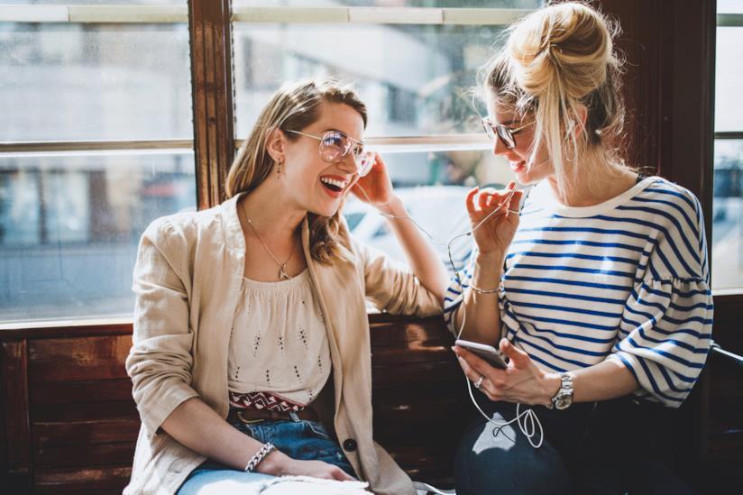 Ragazze parlano in un locale