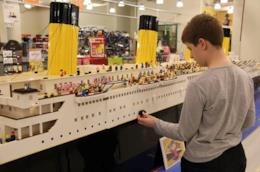 Un modellino del Titanic realizzato con mattoncini LEGO