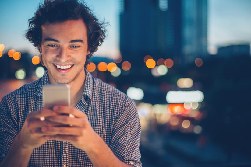 Un ragazzo impegnato in una chat al cellulare