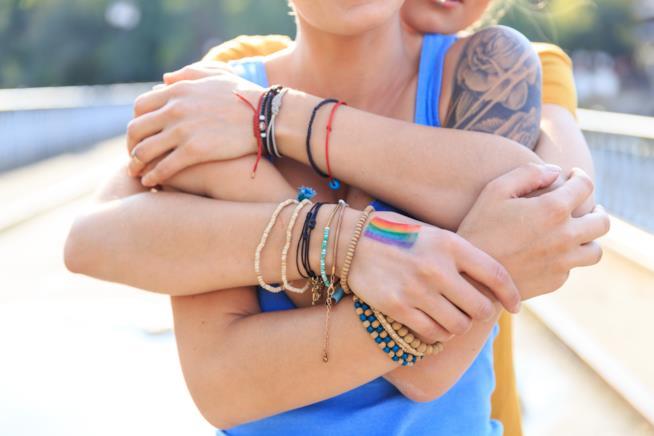 Due ragazze durante una vacanza lgbt