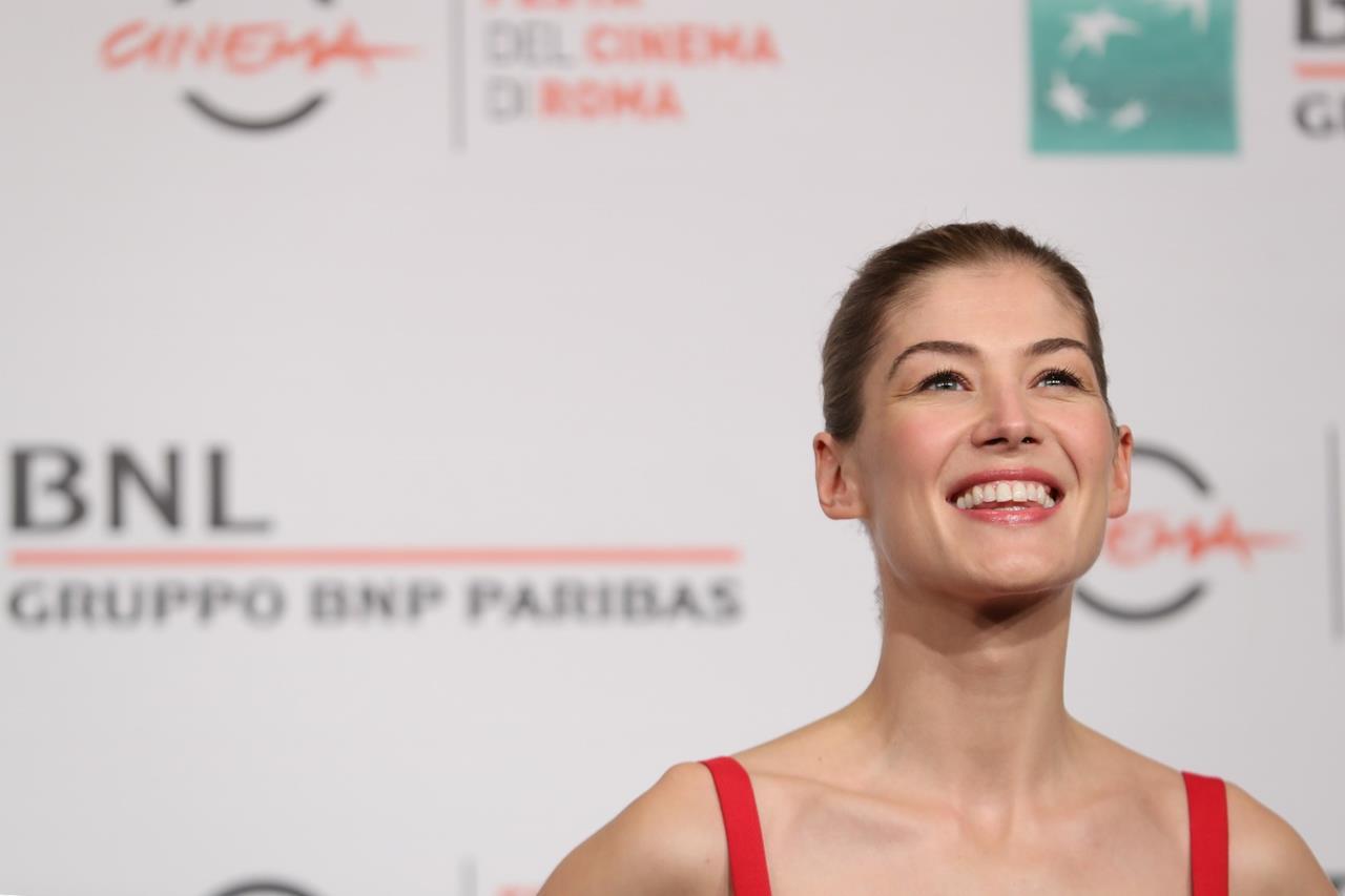 Rosamund Pike sorride alla Festa del Cinema di Roma.