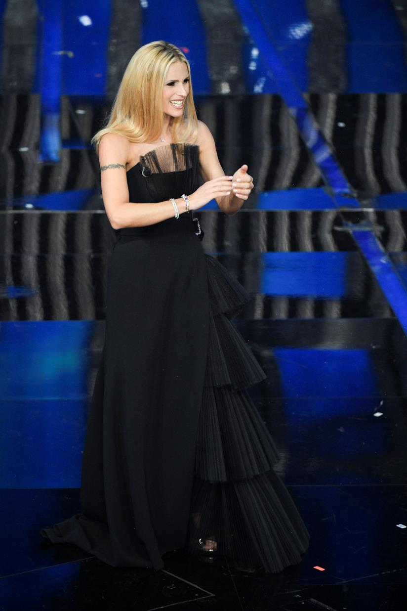 Abito nero con ricami oro firmato da Alberta Ferretti perMichelle Hunziker durante la seconda serata di Sanremo 2018