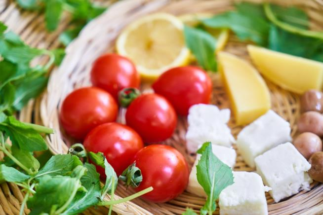 Un piatto di verdura e formaggio
