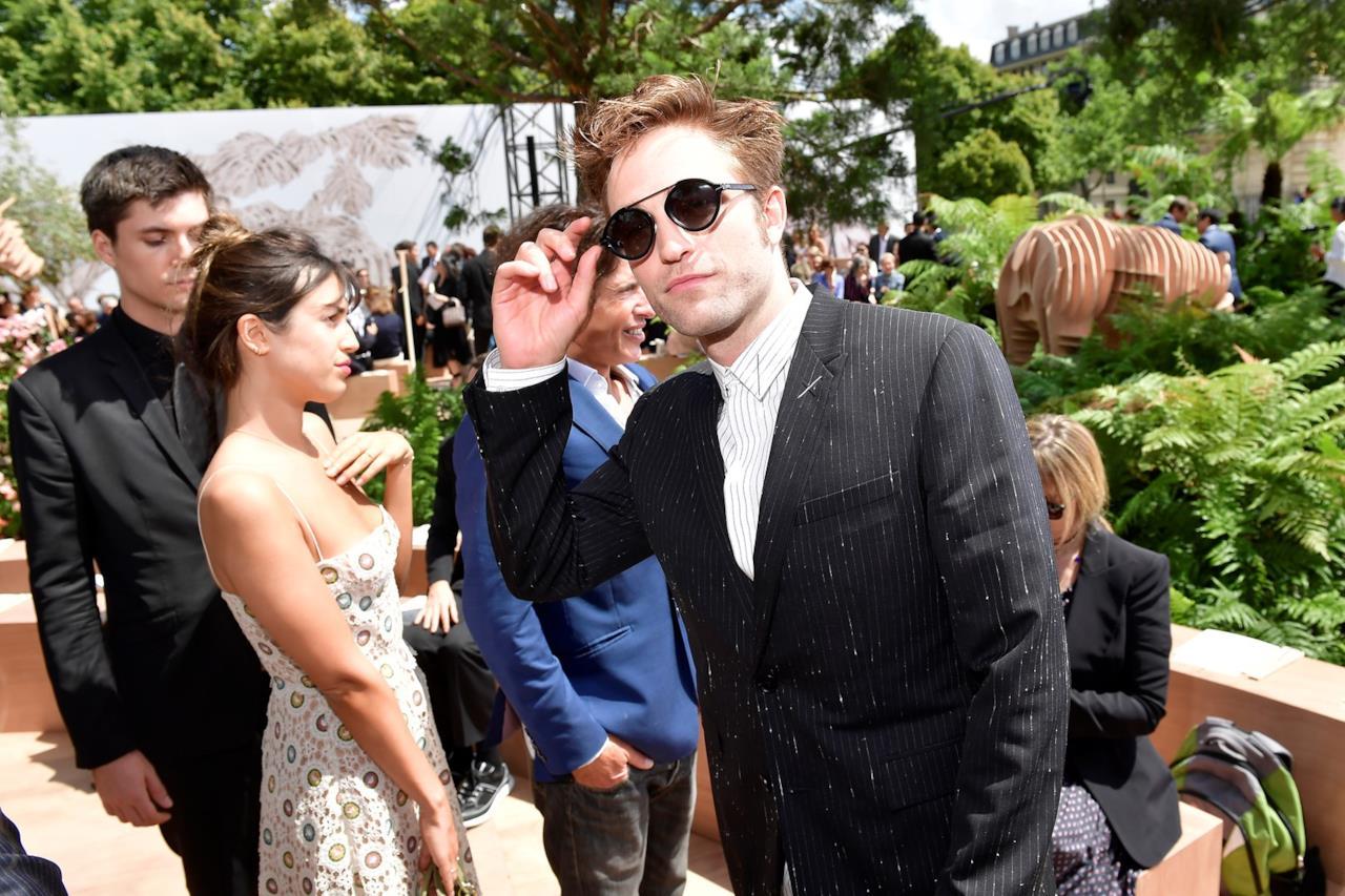 Robert Pattinson fuori dalla sfilata Dior