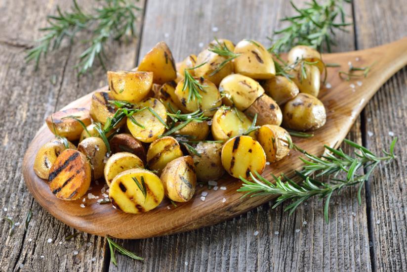 patate grigliate su un tagliere