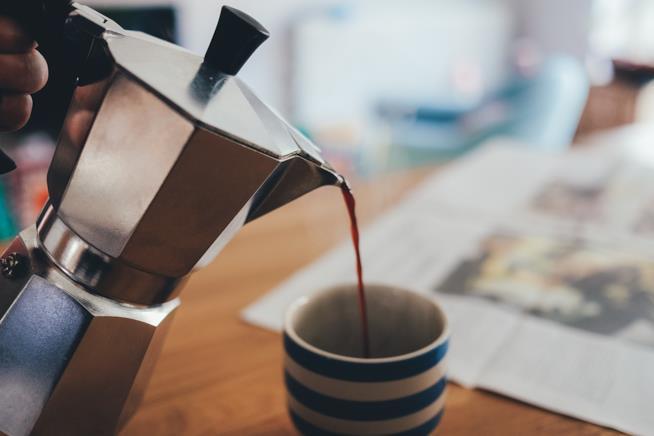 Caffè versato in una tazzina.