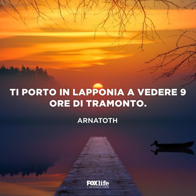 Pontile su un lago al tramonto