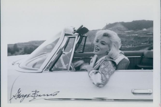 Marilyn Monroe su un'auto bianca e decappottabile