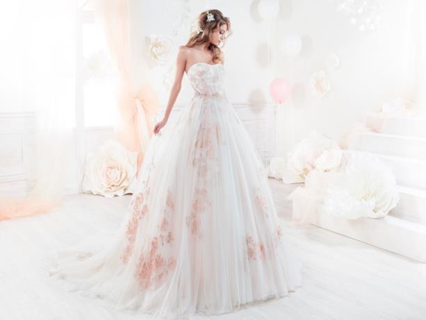 Abito bianco e fiori rosa di Nicole Spose