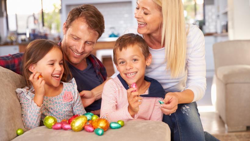 Famiglia con le uova di Pasqua