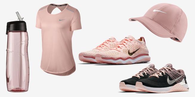Alcuni oggetti della collezione Chrome Blush di Nike