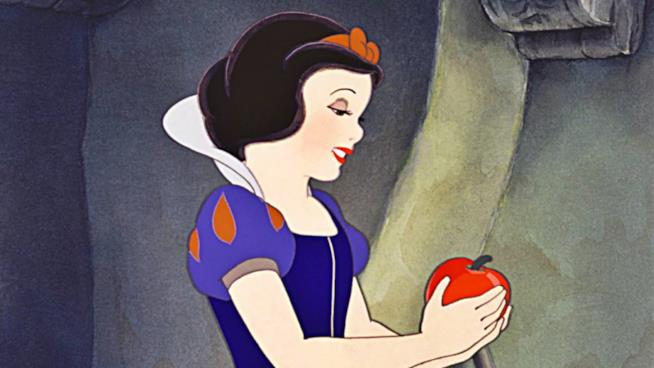 La principessa Biancaneve addenta la mela avvelenata della matrigna, Grimilde.