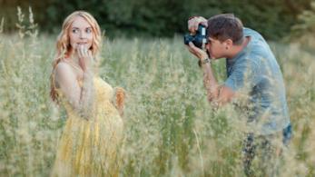 Donna incinta si fa fotografare