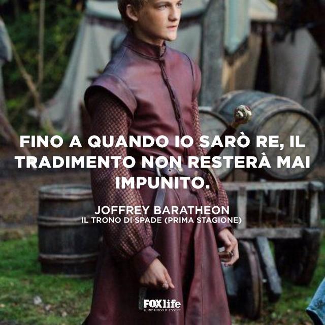 Joffrey mentre guarda avanti a sé