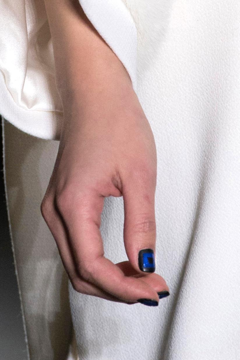 Unghie in gel nero e blu