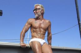 Gianluca Vacchi in costume: tatuaggi e fisico da urlo