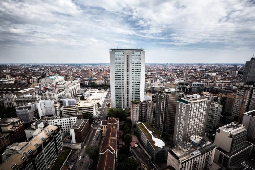 La città di Milano e in primo piano Palazzo della Regione Lombardia