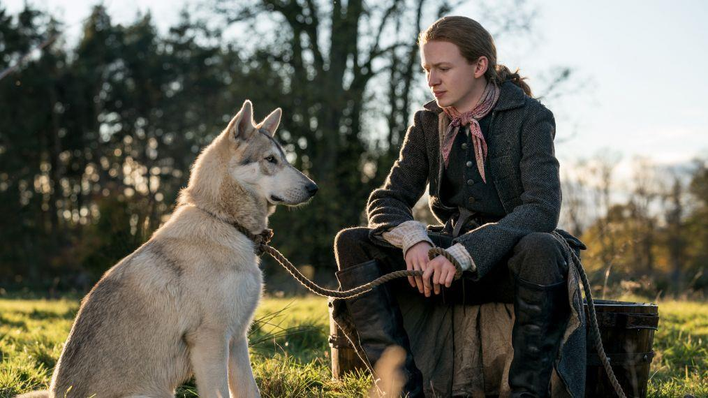 Ian in compagnia del cane lupo