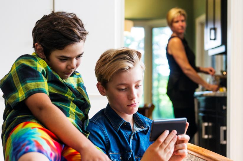 Madre che controlla i bambini su internet