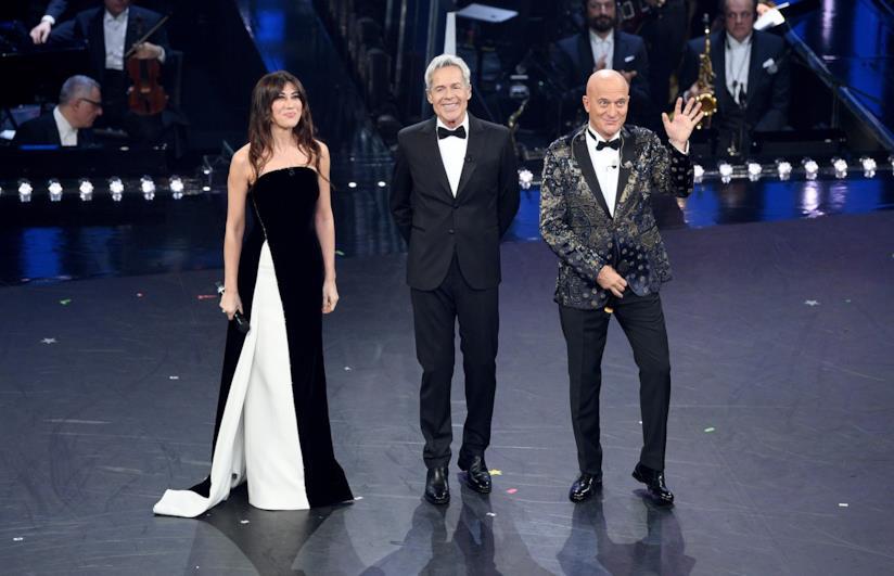 Claudio Baglioni, Claudio Bisio e Virginia Raffaele, vestiti di bianco e di nero, in piedi sul palco
