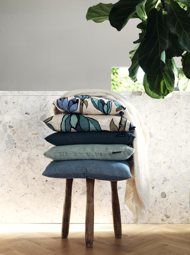 Tessili e cuscini in blu tinta unita e a fantasie floreali di Linum