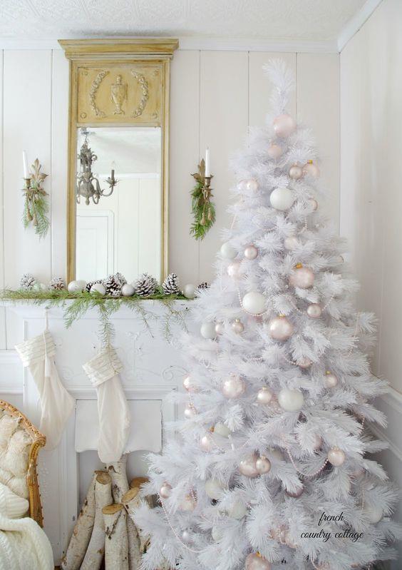 Albero natalizio completamente bianco