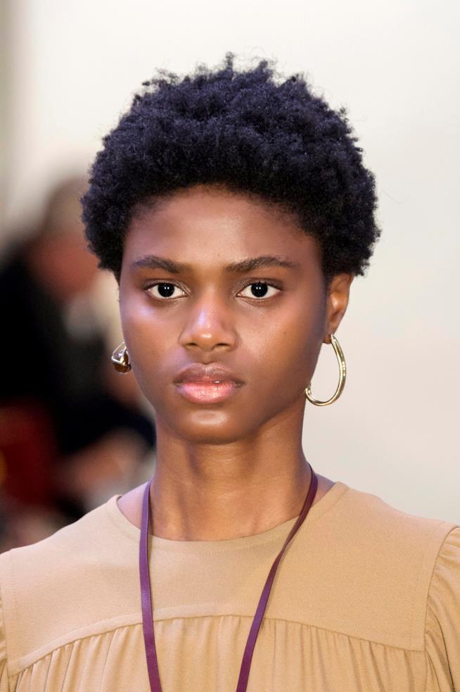 Ragazza con capelli corti africani