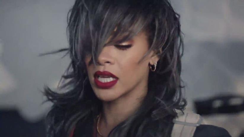 Rihanna in primo piano con capelli grigi