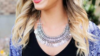 Ragazza con collana in argento