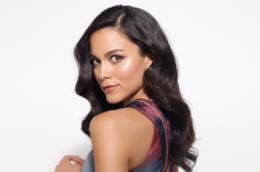 Un'immagine di Maya Stojan di spalle su sfondo bianco