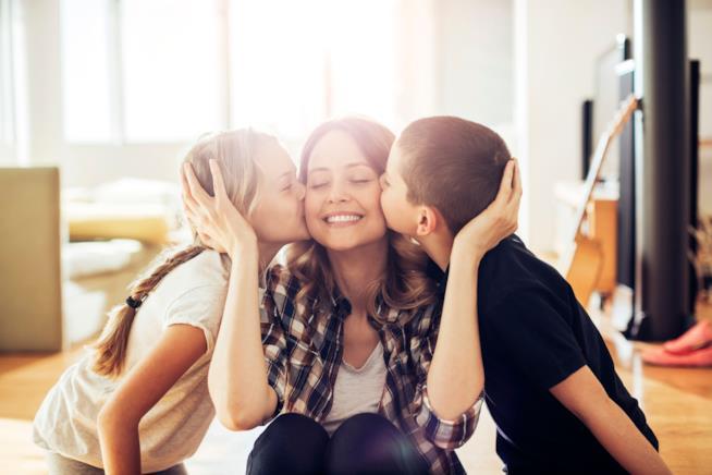Bimbi che baciano la mamma
