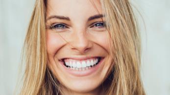 Primo piano di donna che sorride