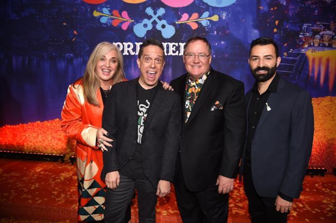John Lasseter e i suoi collaboratori alla premiere di Coco
