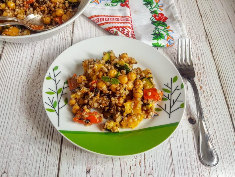 Piattino con cereali, verdura e ceci