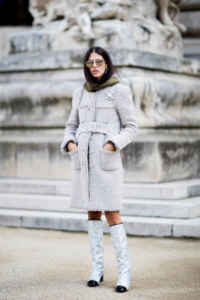 Gilda Ambrosio a Parigi sceglie un cappottino bon ton e stivaletti glitterati