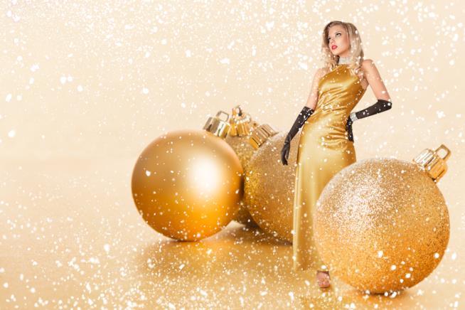 Una donna vestita d'oro a Capodanno