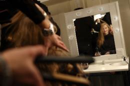 Donna davanti ad uno specchio.