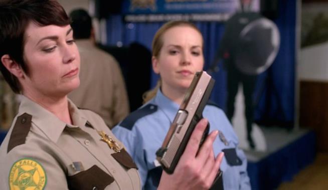 Jody con una pistola in mano e Donna con espressione soddisfatta
