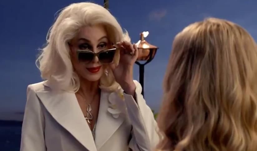 Cher con gli occhiali da sole in Mamma Mia! Ci risiamo