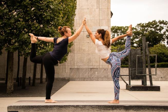 Due donne mentre si allenano insieme.