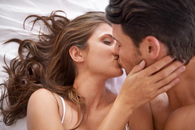 Due ragazzi che si baciano