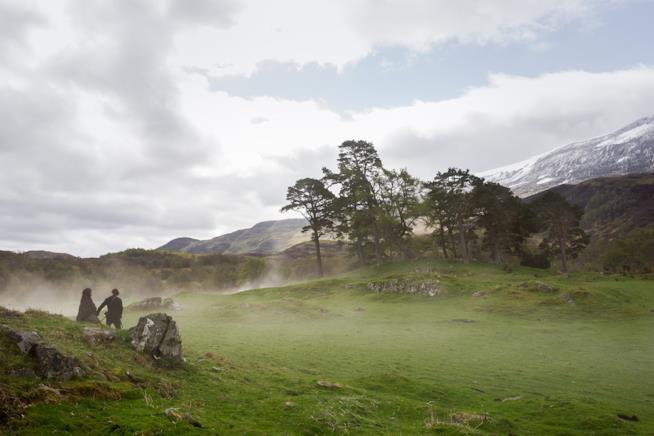 Una collina con Jamie e Claire sullo sfondo