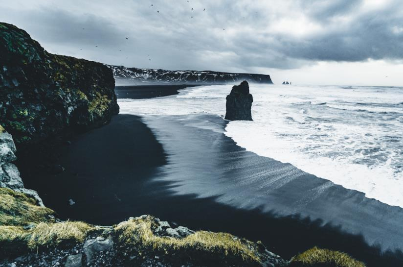 La spiaggia di Vik, nel Suðurland, con la caratteristica sabbia nera
